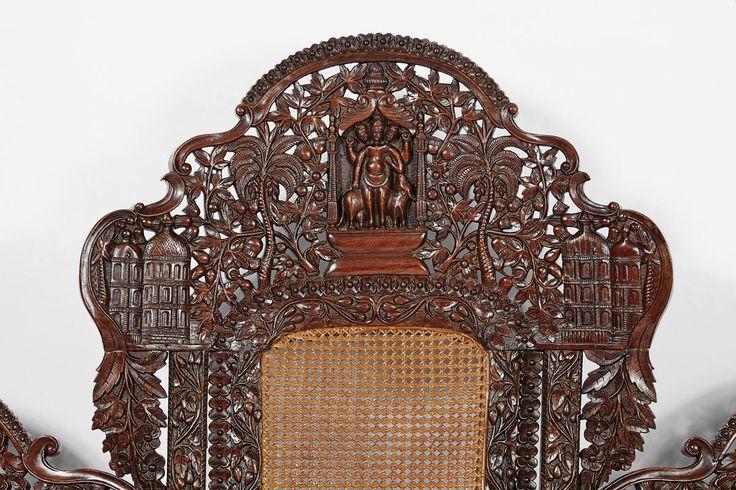 """Canapé articulável,  sissó entalhado """"Figuras da religião hindu"""", """"Palácios indianos"""", """"Animais fantásticos diversos"""", """"Cachos e parras de uvas""""  assentos e costas de palhinha Origem  Índia ocidental (Goa ou Bombaim)  séc. XIX"""