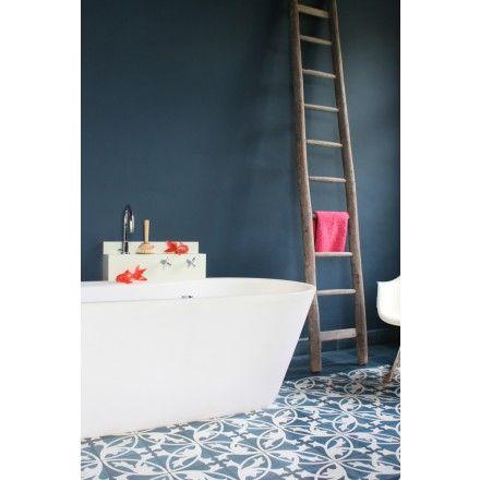 Zementmosaikplatte. Motiv aus stilisierten Akanthusranken: 10843 #zementplatte #mosaik #mosaic #badezimmer #bad #bathroom #blau #blue #tile viaplatten.de