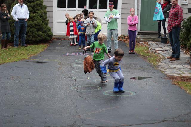 Hoppa i ringar som en del i superhjälteträningen.