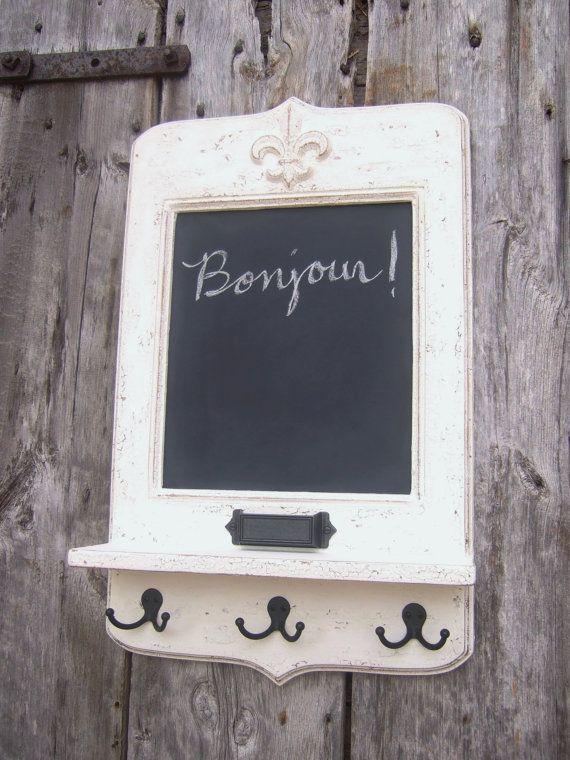 Centro del mensaje de francés - pizarra francesa de estilo vintage con tiza titular, ganchos para llaves y estante por Arcadian Cottage