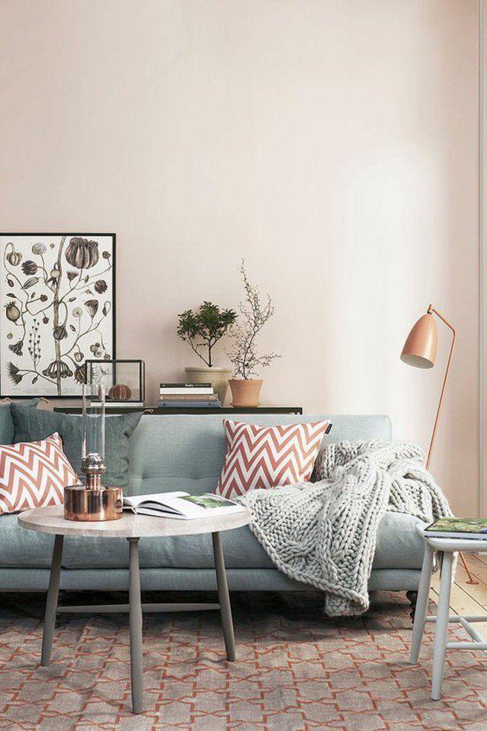 murs de couleur rose pale, canapé bleu, coussins décoratifs, meubles de salon