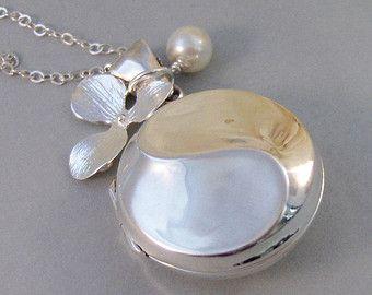 Een charmante zilveren zeemeermin zwemt op de top van een mooie zilveren Medaillon. Dit medaillon is zeer elegant en heeft een lichte frame decoratie die de zeemeermin zilver omringt. Ik heb een vrij saffier steen die is ingesteld in een sterling zilver frame als de verbindingslijn toegevoegd.  Alle stukken van dit medaillon zijn 100% zilver.  Dit medaillon meet 1,5 inch lang en 1 inch breed, heeft een kleine versierde rand. Dit medaillon is zeer hoog in kwaliteit en met weerstaan vele jaren…
