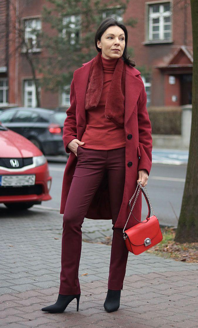 https://minimalissmo.blogspot.com/ #fashion #moda #red #redcoat #fur #burgund #outfit #pants #redbag