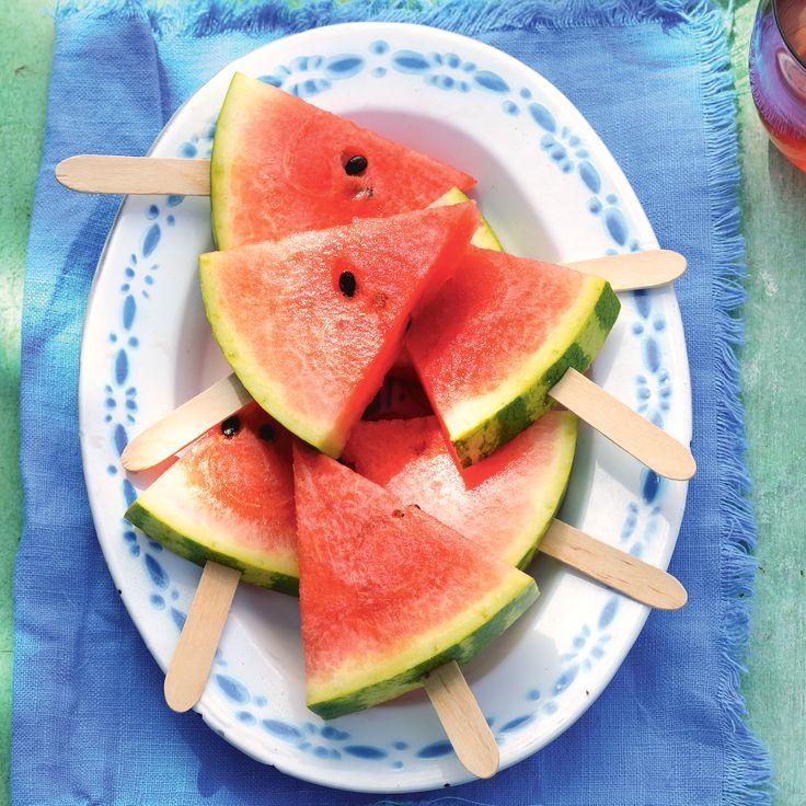 Alle gekheid op een stokje: overheerlijke watermeloen in een handig formaat. #JumboSupermarkten #recept #watermeloen