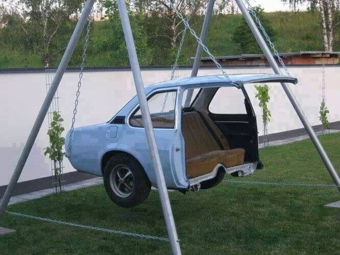 Columpio reciclando un coche.