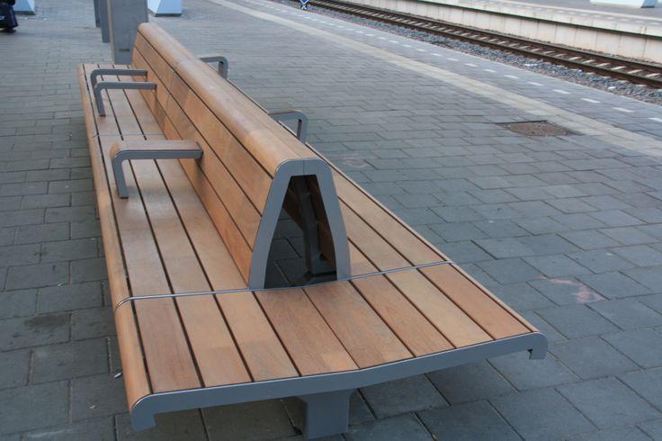 Prachtige nieuwe stationsbanken voor prorail, ontwerp Blom en Moors met Rijksspoorbouwmeester, uitvoering Epsilon Bree Belgie, hout en productie Koninklijke Dekker