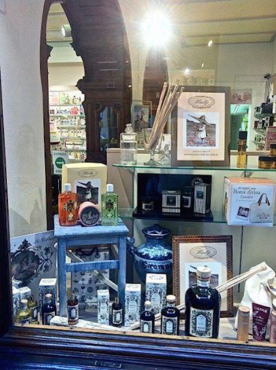 La vetrina di una famosa farmacia a Montepulciano presenta i Profumatori D'Ambiente di Wally 1925, 90° Anniversary. www.wallycosmetici.com