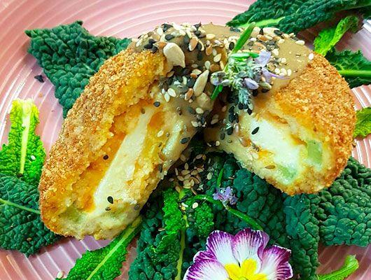 Ricette senza glutine - Mozzarella alla caprese in carrozza di pomodori verdi con radicchi e bagna cauda  Tagliate i pomodori (privandoli della parte superiore e in