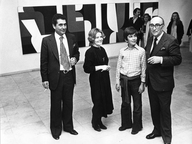 Μάρτιος 1978. Μεγάλη αναδρομική στον Γιάννη Μόραλη. Από αριστερά: Τάσος και Πέγκυ Ζουμπουλάκη, με το γιο τους Θοδωρή και τον Μόραλη. Ο Μόραλης δεν υπήρξε απλώς συνεργάτης τους. Τους συνέδεε μια μακριά στενή φιλία που κράτησε μέχρι το θάνατο του καλλιτέχνη. Τον θυμούνται να ζωγραφίζει πάντα με στρογγυλά πινέλα. Όταν πέθανε, η Πέγκυ έδωσε μάχη για να μην πουληθεί σε ιδιώτη το εκπληκτικό σπίτι που διέθετε στην Αίγινα, έργο του αρχιτέκτονα Άρη Κωνσταντινίδη.