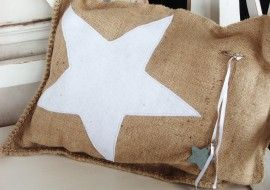 maybe it would be fun to make up some gift bags like this.  Could write or embroider the recipient's name on the star. - - - Jute kussens met witte ster