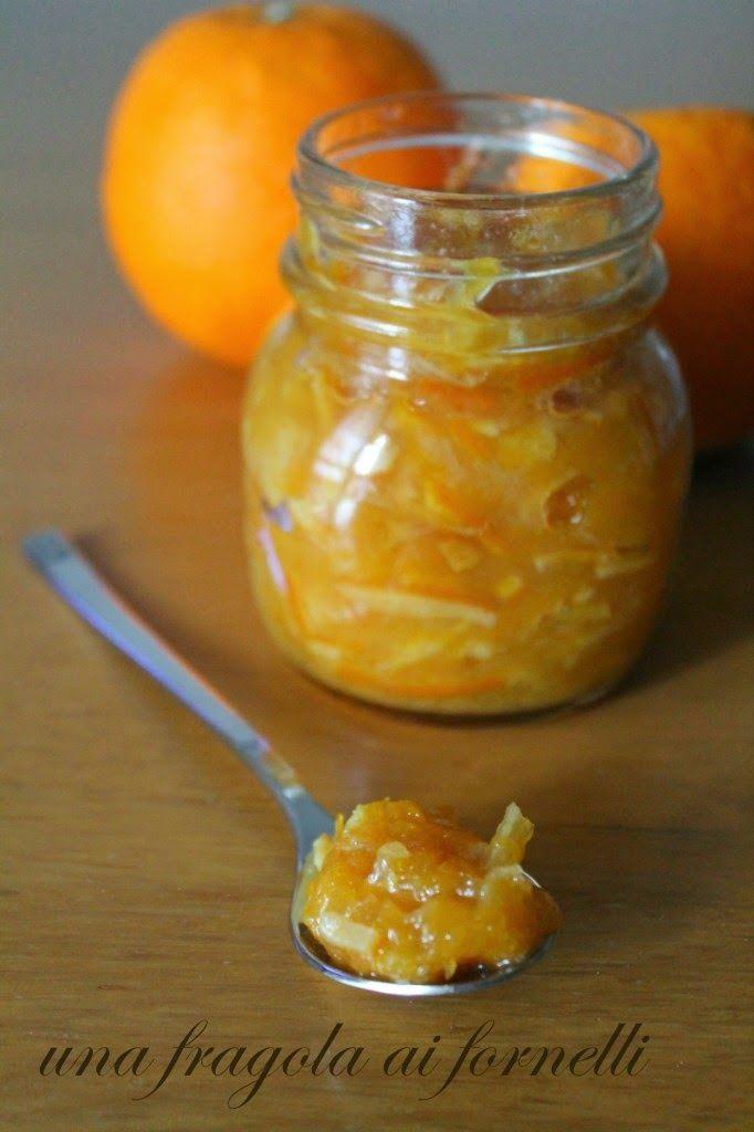 Ingredienti (per 1 vasetto piccolo)   325 g di polpa di arance tarocco (circa 2 arance)  25 g di scorza di arancia bio  170 g di sciroppo d'...