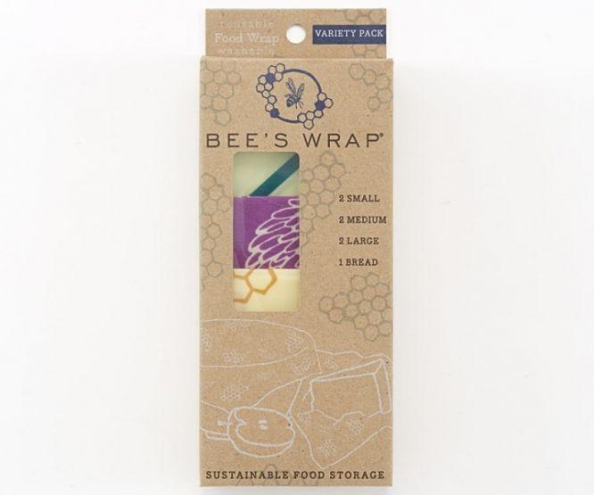 Bee´s Wrap Variety Pack med 7 Bee´s Wrap ark i pakken. 2 Small, 2 Medium, 2 Large og 1 X-Large / Brødwrap.  Bee`s wrap bivoksark er et økologisk bomullsstoff insatt med økologisk bivoks, jojobaolje og treharpiks - et kjemikaliefritt alternativ til a