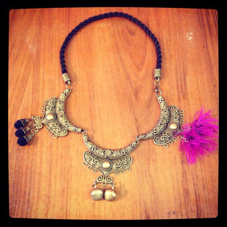 Collar Made in Rajani Shop. Pieza única. Detalle violeta, seda de saree.