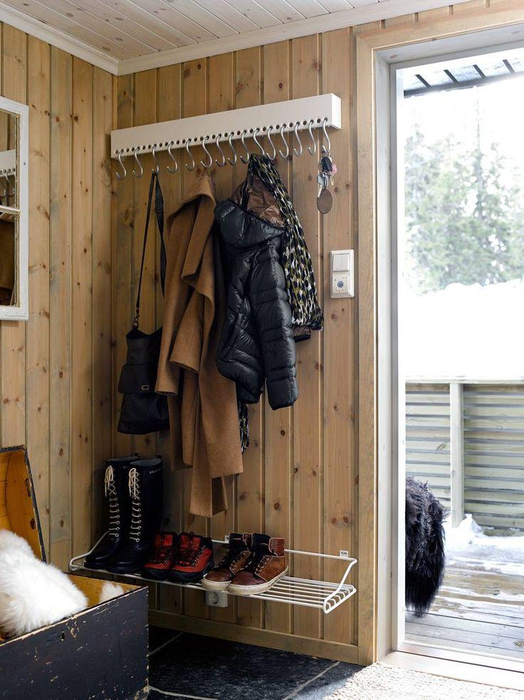 I GANGEN: I stedet for et skap hvor det lett samler seg litt av hvert, har Grethe valgt en fint oppheng med plass til mange jakker. Knaggrekke So-Hooked er fra Nomess Copenhagen.