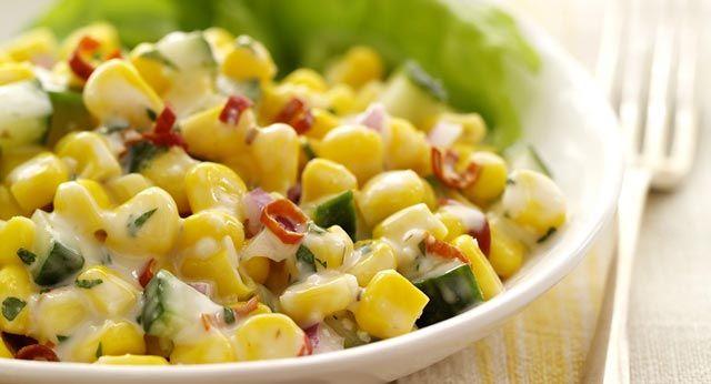 Hrskava, osvježavajuća i sočna salata. Kukuruz iz konzerve saperite i ocijedite. Pomiješajte sa sjeckanim krastavcem pa dodajte sjeckani luk. Majone...