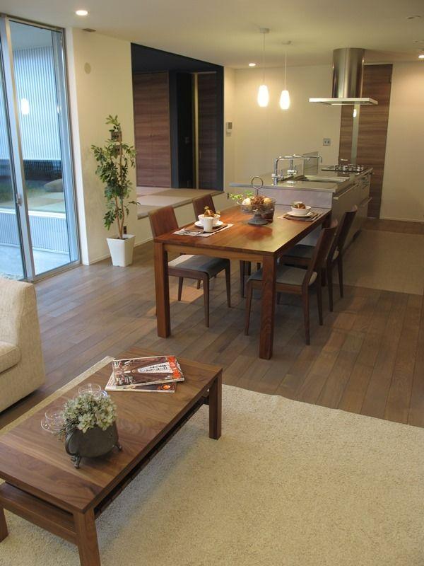 グレー色の床材にウォールナット材の家具でコーデ