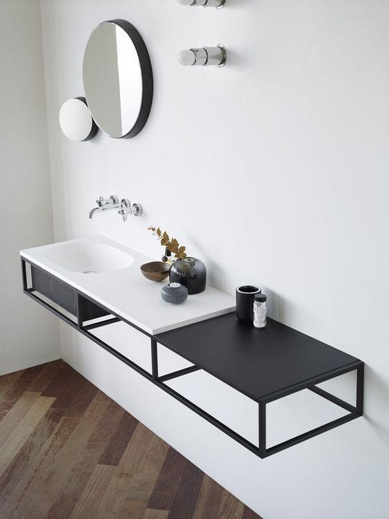 Bathroom Trends linee nere e dettagli metallici per il