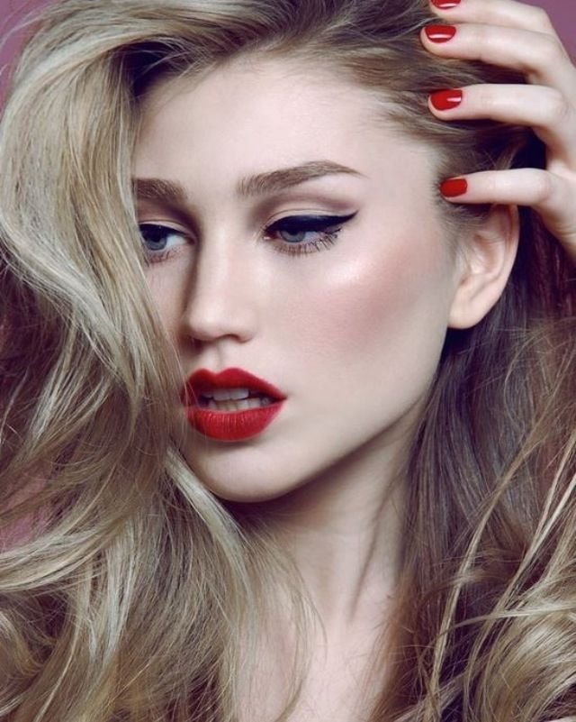 MakeupHoliday Makeup, Cat Eye, Wings Eyeliner, Wings Liner, Red Nails, Makeup Ideas, Red Lips, Lips Makeup, Redlips
