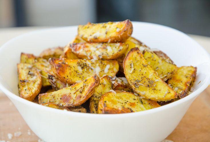 Klyftpotatis med örter och parmesan är en av mina favoriter när det kommer till tillbehör, speciellt om det vankas något grillat. De här klyftpotatisarna b