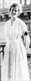 La Barkley era piuttosto alta. Indossava quella che  mi pareva un'uniforme da infermiera, era bionda e aveva la pelle abbronzata e gli occhi grigi. (Agnes von Kurowsky) Addio alle armi