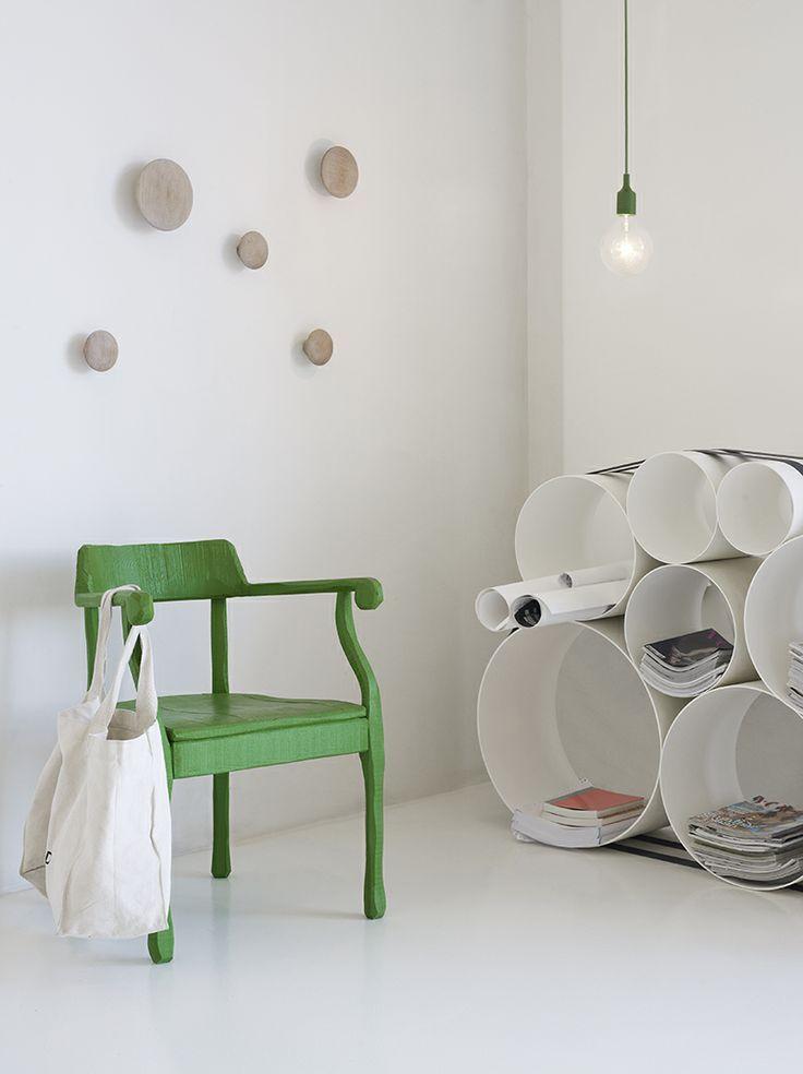 La chaise Raw égaye la pièce pour une ambiance blanche et verte. http://www.goodobject.me/chaises-fauteuils-design/61-fauteuil-muuto-raw.html