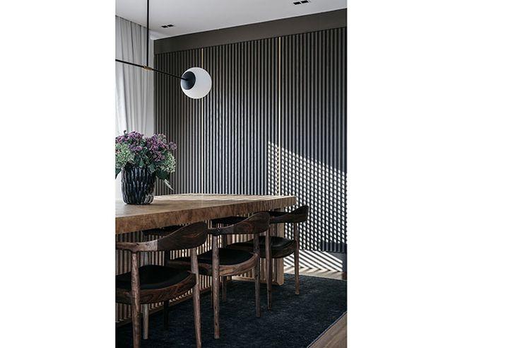Обеденный стол выполнен назаказ поэскизам дизайнеров. Вокруг стола–стулья Kennedy Ханса Вегнера, выполненные втемном орехе