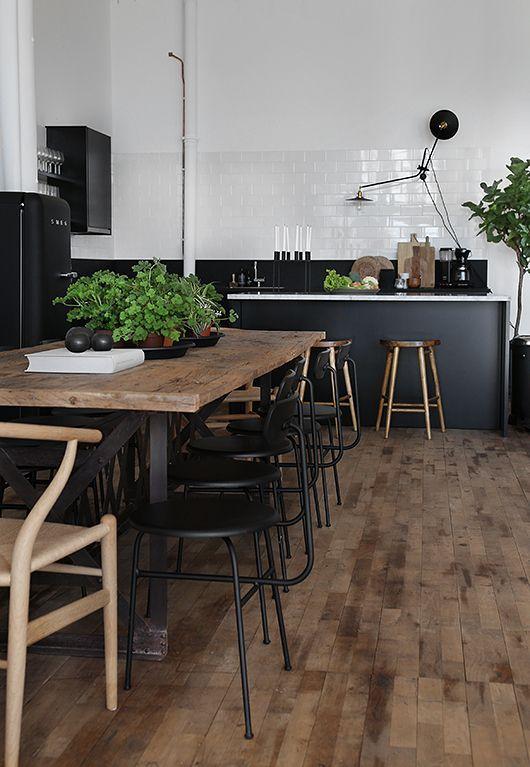 Boomstam tafel - tree table - met stalen poot in een Scandinavisch industrieel interieur - Scandinavian industrial interior - hout wood