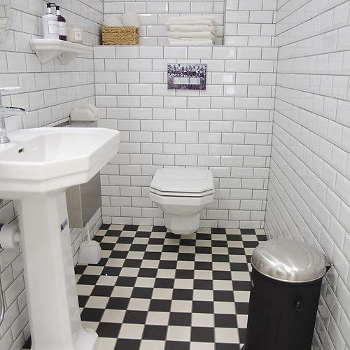 30-tals badrum - porslin från Duravit, finns hos kakelspecialisten. Spolknapp går att fås individualiserad.