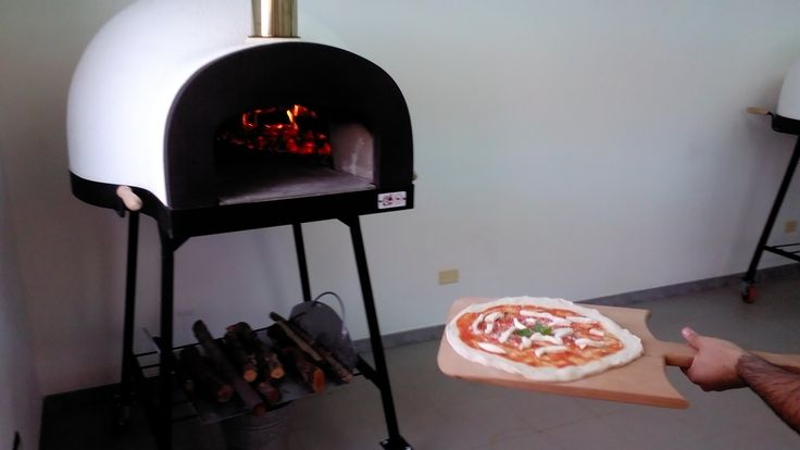 Baking a pizza in the #pizzaoven #ziociro #subitocotto #woodoven #woodburningoven #woodfiredoven  #fornoalegna