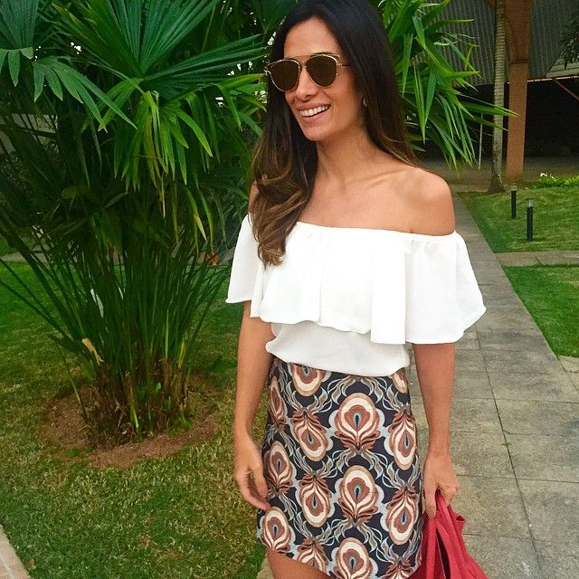 Bom dia ❤️ {com look de ontem porque eu amei minha blusa com decote de ombro de fora  ela é da @analoren e a saia @tigresserenatafigueiredo }