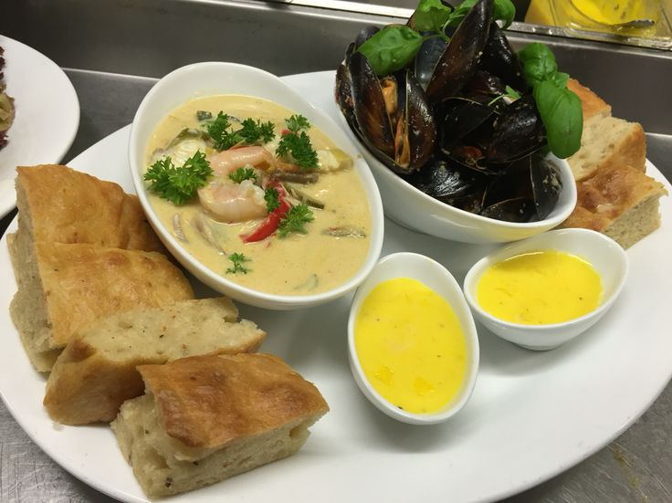 Thai curry+blåskjell serverer med forkasabrød og aioli  på Tregde Marina restaurant (Mandal)