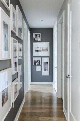 Очень узкую и длинную прихожую может спасти один простой приём. Нужно развесить на всю поверхность стен крупные постеры, фото и картины со светлым паспарту. Желательно, чтобы их формы чередовались, и среди них преобладали квадраты. Так помещение будет казаться более пропорциональным.