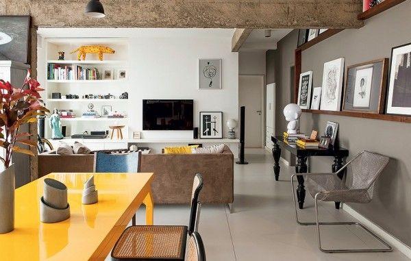 Essa reforma deixou as vigas de concreto expostas e um ar super despojado nessa sala, reforçado pela cores usadas pontualmente.