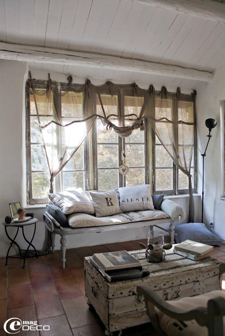 De nombreux coussins recouverts de lin et toile de vieux sacs à grains habillent sièges, fauteuils et canapés.
