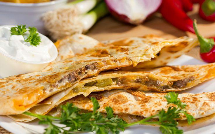 Renkli biberler, kuru soğan, dana eti, baharatlar ve içinden ılık ılık süzülen cheddar peyniriyle hazırlanan Meksika lezzeti etli quesadilla tarifi.