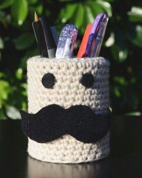 """Lapicero en """"lata"""" moustache con crochet"""