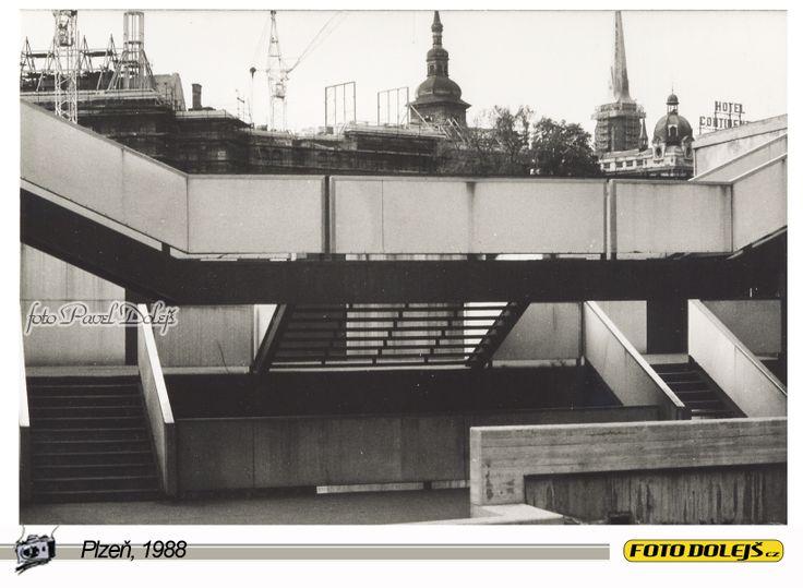 1988 Plzeň, schodiště Domu hrůzy u Radbůzy. foto Pavel Dolejš