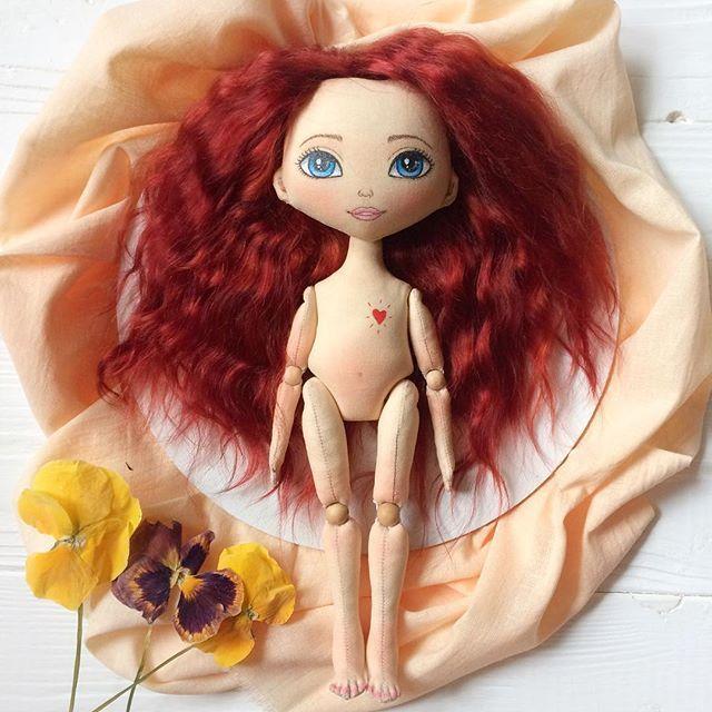 Опять надолго я пропадала 😔 как обычно ничего не успеваю .. Но это не значит, что ничего не делается ) в процессе две новые куколки, и это рыжее солнышко одна из них) думаю над одеждой.. скоро покажемся ) Всем хорошего вечера 😊😘 . . #кукла #текстильнаякукла #авторскаякукла #кукларучнойработы #интерьернаякукла #куклаизткани #doll #artdoll #ragdoll #clothdoll #textiledoll #interiordoll #dollstagram #etsydoll #handmadedoll #handmade #осень #рыжая #красотка