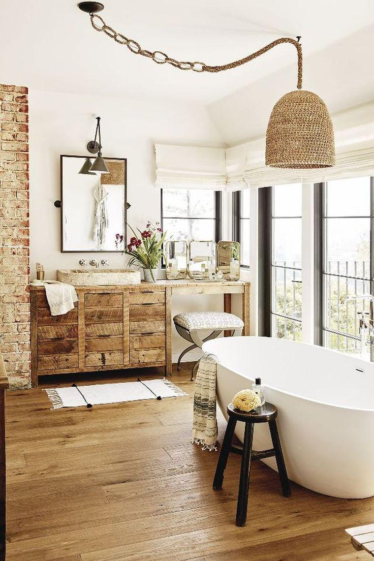 meuble en bois de salle de bain vintage et déco avec briques exposées