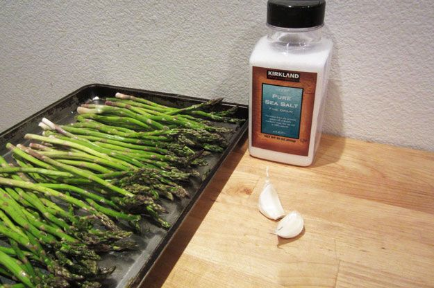 The Best Way To Cook Asparagus | Simple And Easy Side Dish Recipe by Homemade Recipes at http://homemaderecipes.com/cooking-101/how-to/baked-asparagus-recipe/