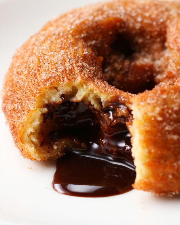 Olha só este recheio! | Este donuts de churros com recheio de chocolate vai surpreender você