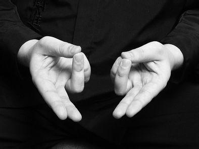 MUDRA DE LA VIDA: Eleva niveles de energia, reduce fatiga y aclara la vista. Concentrese en su chakra base y la planta de los pies. Al tomar aire contraiga el abdomen, òrganis sexuales, perineo, nalgas.