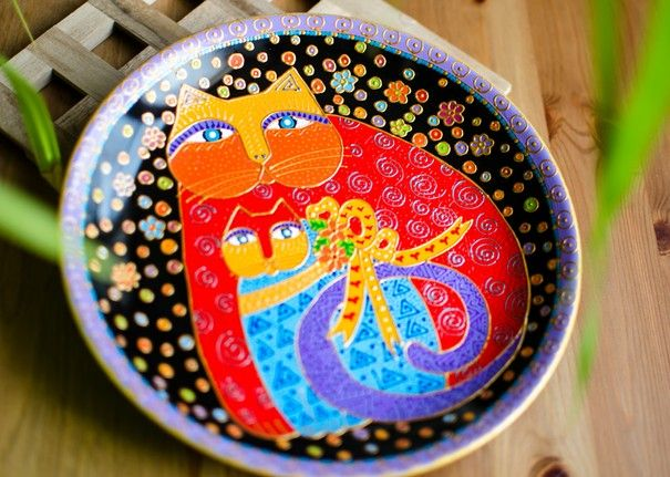 Тарелка декоративная. Дядя Бадя. Мама Кошка и котенок. Тарелка Мамаша Мур по рисункам Лорел Берч,  расписанная вручную керамика, диаметр 21 см, имеет крепление, чтобы повесить на стену.  Рисунок объемный - 1 300 руб.