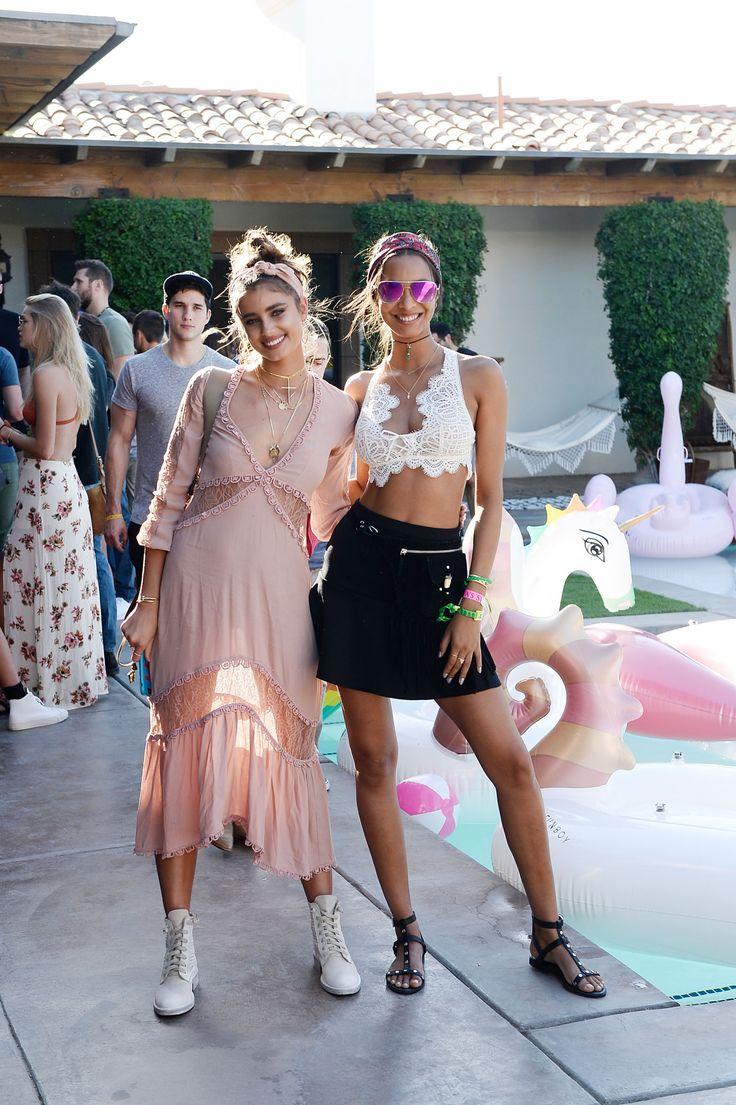 BOHO BEAUTY FESTIVAL STYLE Celebrities love Coachella. El vestido rosa de Taylor Hill para invitadas perfectas.