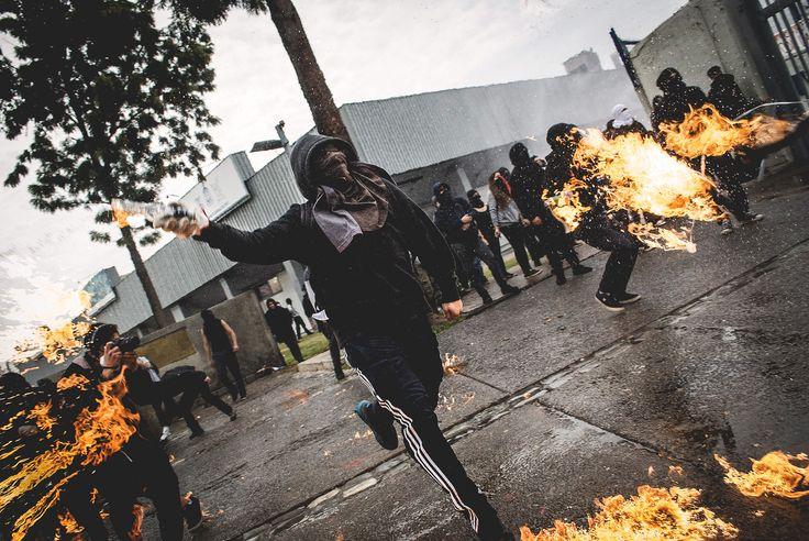 https://flic.kr/p/DoLaon | Sin título | (Foto subida después de mucho tiempo.) Joven lanza bomba molotov a Fuerzas especiales de carabineros desde el interior de la Universidad de Santiago, en el marco del paro nacional de estudiantes convocado el día 28 de Mayo del 2015