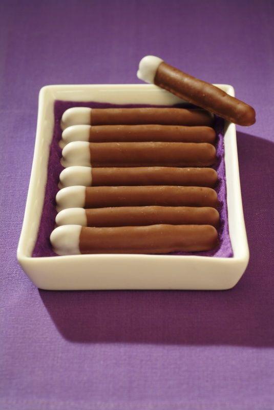 Ingredience: mouka pšeničná hladká 150 gramů, cukr 120 gramů, máslo 115 gramů (změklé), kakao 25 gramů, sůl 1 špetka, mouka pšeničná hladká (na vál), čokoládová poleva tmavá 300 gramů, čokoládová poleva bílá 50 gramů.