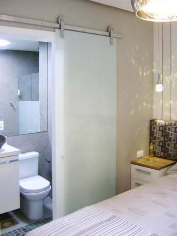Quarto de casal de um apartamento de 67 m². Projetado por Liane Martins.