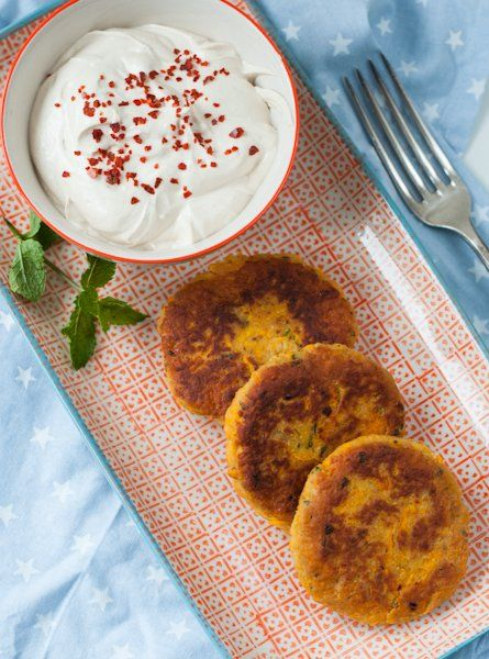 Möhren-Kichererbsen-Puffer mit Sesam-Dip: 2 Dosen Kichererbsen 4 Eier 600 g Möhren 4 EL Rama Cremefine wie Crème fraîche zu verwenden 10 EL Semmelbrösel Salz 2 TL gemahlener Kreuzkümmel Chiliflocken nach Geschmack ½ Bund frische Minze Rama Culinesse Olive zum Braten 200 g Griechischer Joghurt 200 g Crème fraîche 3 EL Tahini (Sesampaste) Saft einer ½ Zitrone Salz Chiliflocken