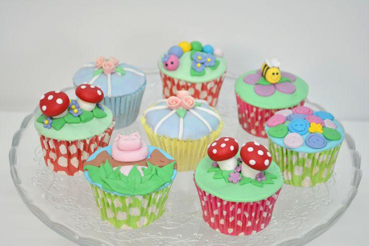 Cupcakes Barcelona! En Lily Monet hacemos Cupcakes personalizados para cumpleaños, bautizos, comuniones, aniversarios, infantiles y corporativos. También preparamos cupcakes a diario de diferentes sabores con una decoraciones exquisita. Puedes realizar tú pedido desde esta pagina o directamente en nuestra tienda física.  Mas Info: http://www.lilymonet.com/cupcakes-barcelona
