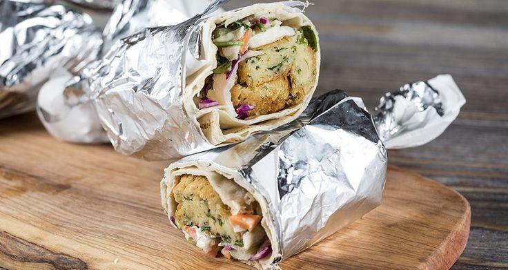 Φαλάφελ με σαλάτα coleslaw από τον Άκη Πετρετζίκη. Σερβίρετε τα φαλάφελ με coleslaw σε αραβικές πίτες και θα ενθουσιάσει εσάς και τους φίλους σας! Δοκιμάστε τα!